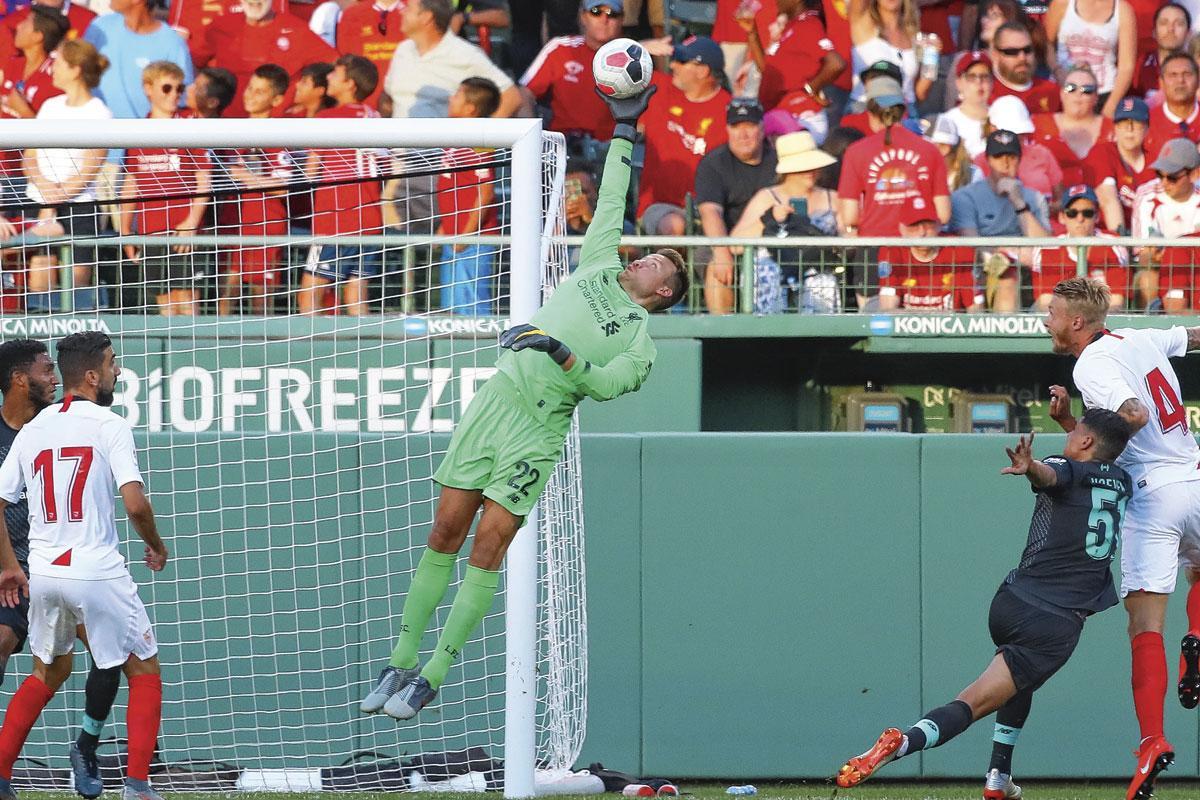 Een atletische redding van Simon Mignolet in het shirt van Liverpool., getty