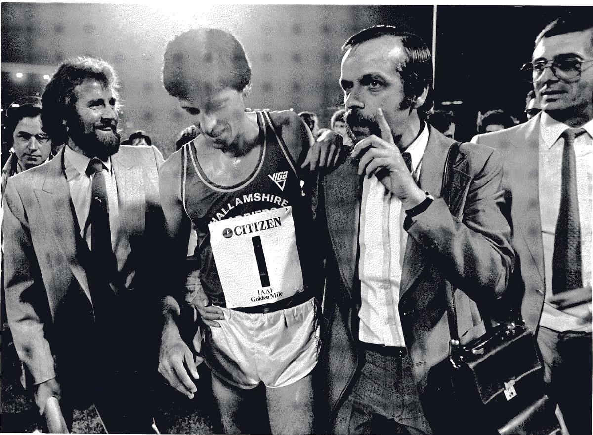 Sebastian Coe heeft het wereldrecord op de mijl aangescherpt tijdens de Memorial Van Damme in 1981. Hij wordt geflankeerd door Wilfried Meert (rechts) en Gaston Roelants., INGE KINNET
