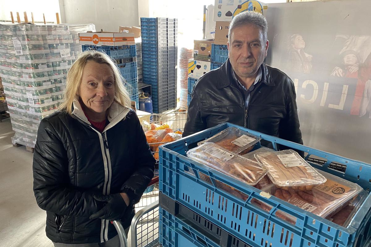 Dominique Degraeve (links) gaat onverminderd verder met de voedselbedeling van Colsol., Peter Maenhoudt