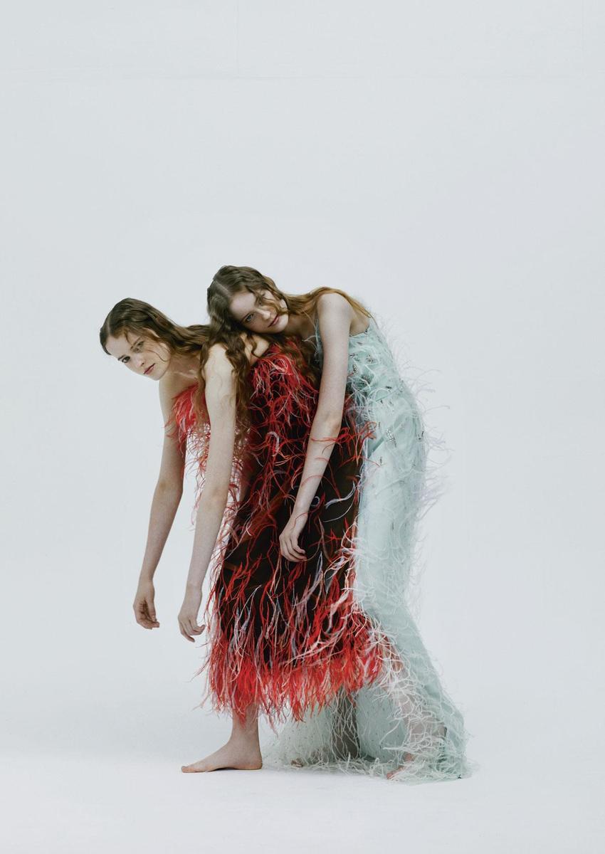 Robe en tulle noir orné de plumes peintes en rouge, Givenchy. Robe en tulle vert d'eau orné de plumes peintes en vert et cristaux, Givenchy., VIOLAINE CHAPALLAZ