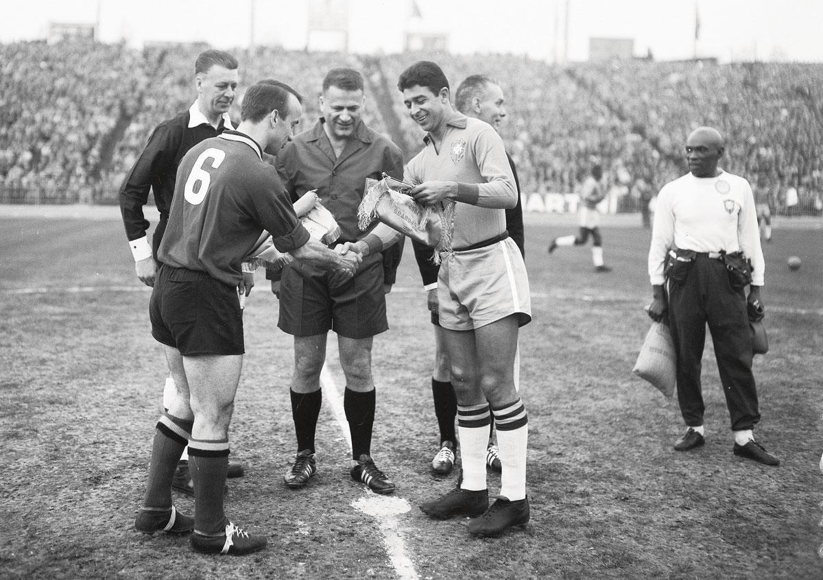 Op de Heizel wisselt Martin Lippens vaantjes uit met de Braziliaanse kapitein. België zou zijn titel als 'wereldkampioen van de vriendschappelijke wedstrijden' alle eer aandoen., Imageglobe