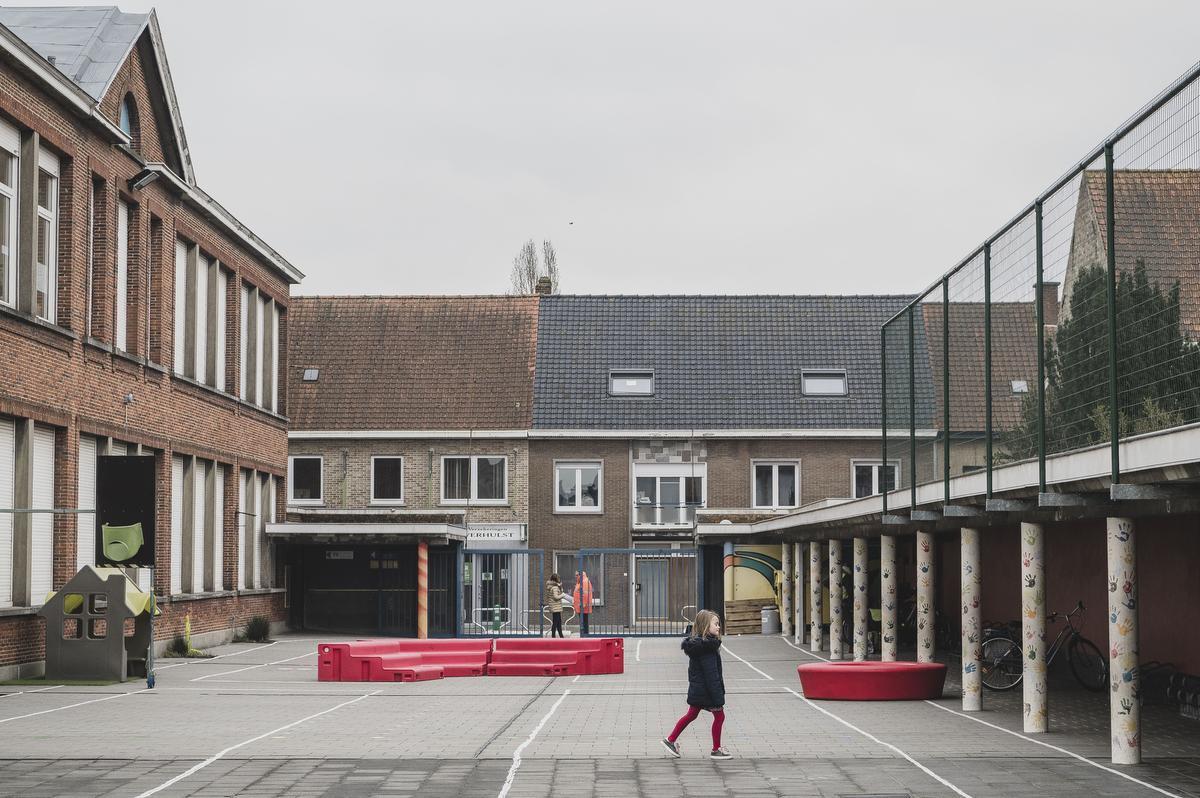 Een surreëel beeld op maandagochtend, 8 uur: de speelplaats van de Vrije Scholen Sint-Michiel is leeg., Olaf Verhaeghe