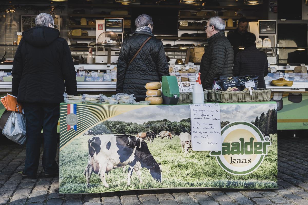 De marktkramers zelf promoten de belangrijkste voorzorgsmaatregelen ook aan hun kraam., Olaf Verhaeghe