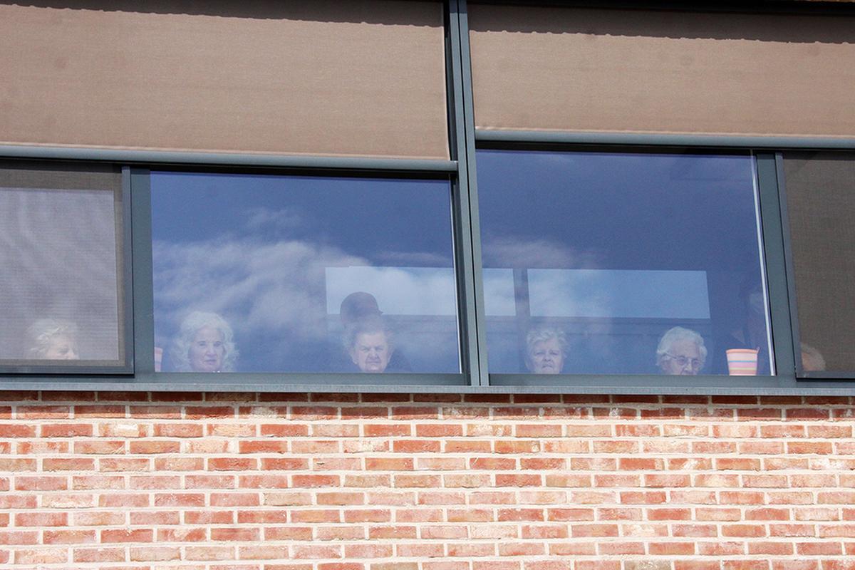 Van achter het raam luisterden de bewoners van De Plataan in Izegem naar de vier songs van Michael Lanzo., PADI/Daniël