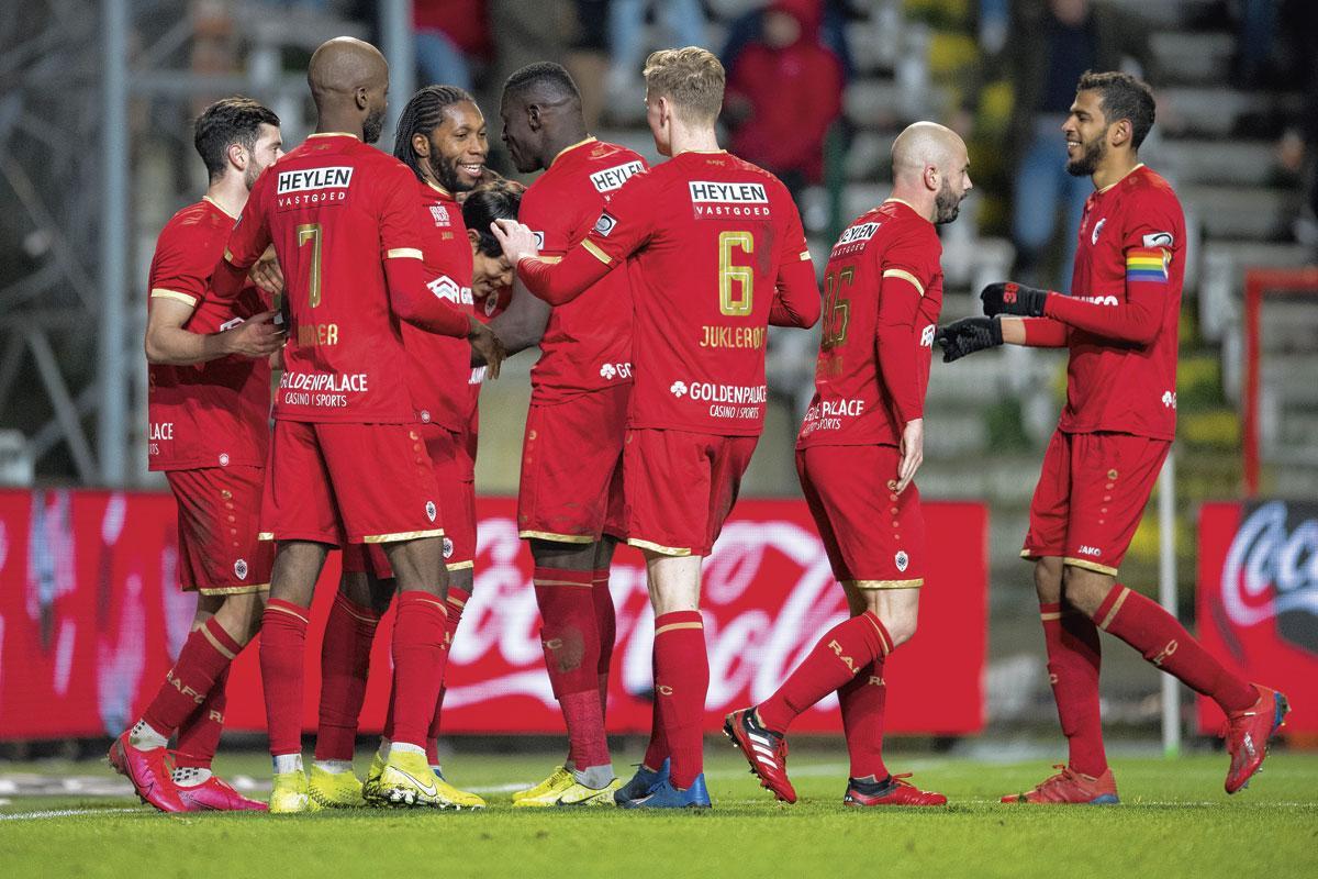 Dieumerci Mbokani is weer eens de gevierde man bij Antwerp. 'Na de Gouden Schoen was hij zo ontgoocheld dat zijn presaties eronder leden.', belgaimage