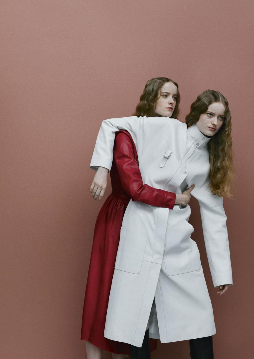 Robe-manteau en similicuir rouge avec boutons pression, Boss. Rob-manteau en cuir de chèvre blanc et cuissardes en cuir de veau, Hermès., VIOLAINE CHAPALLAZ