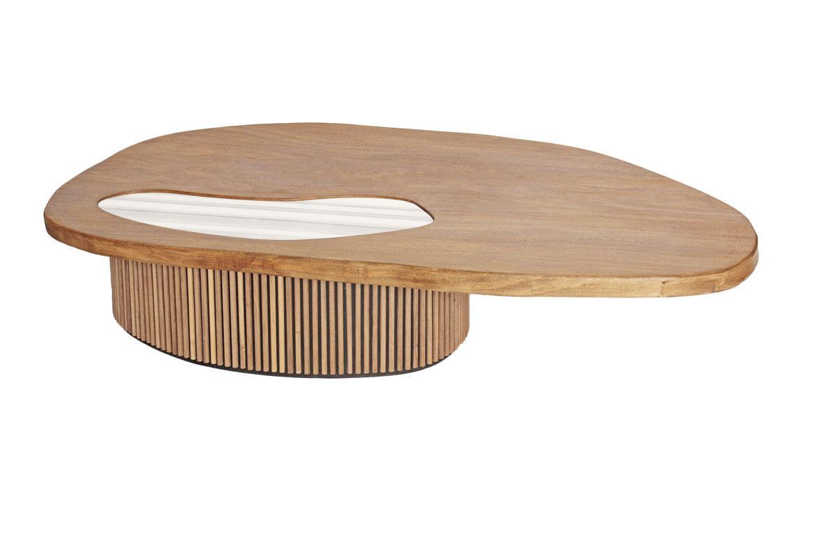 Une table avec plateau en bois massif, incrustation de marbre et pied en noyer (2018)., SDP