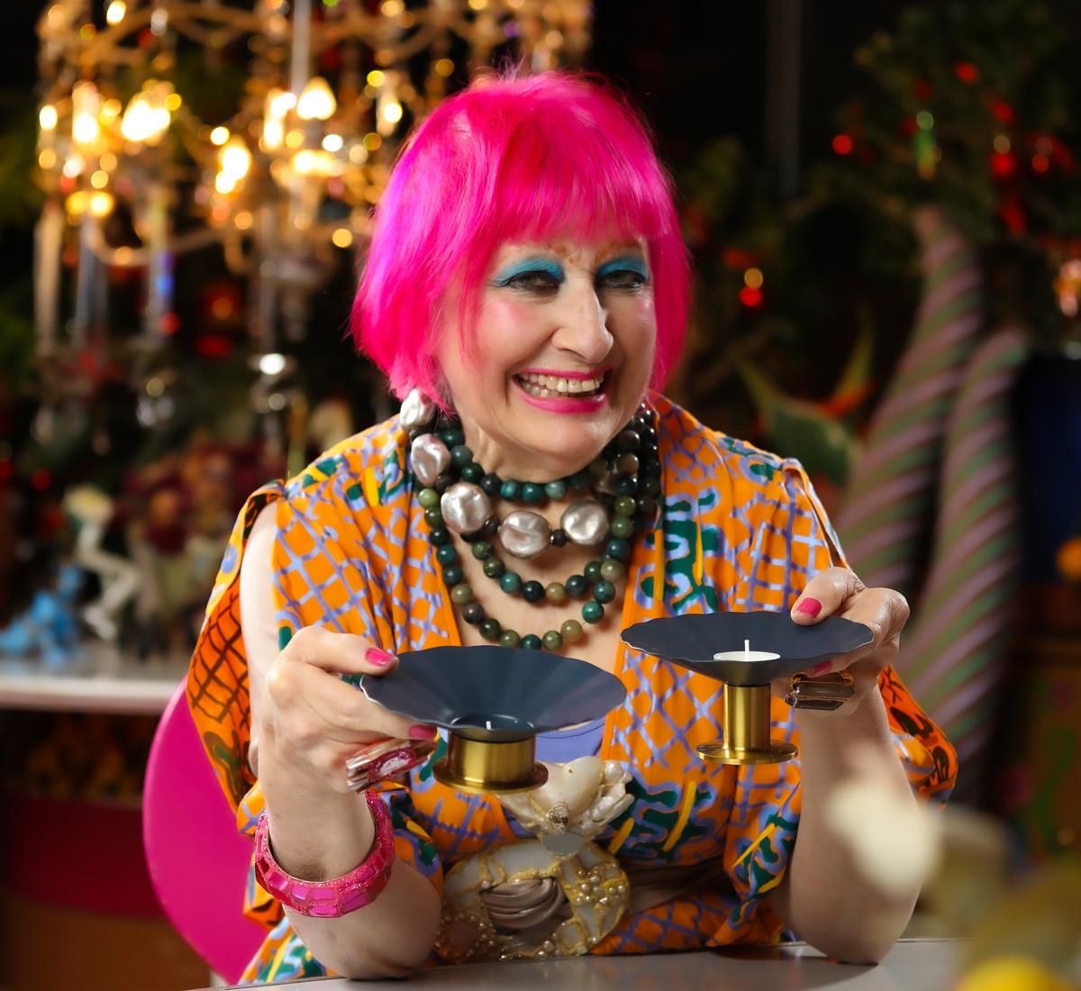 Zandra Rhodes met kaarsenhouders die ze ontwierp voor Ikea, Ikea