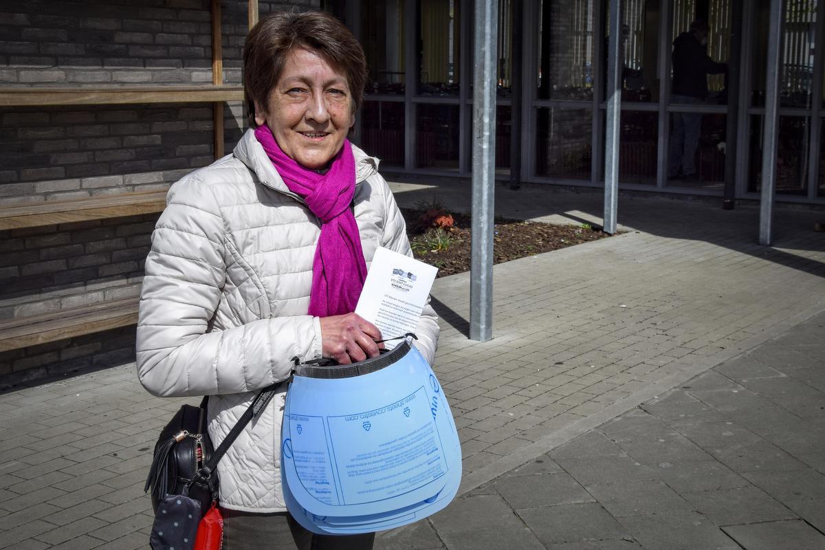 Ingrid Nuttin, uitbaatster van de bekende Meense frituur Ons Dorp, kwam eveneens een deel maskers ophalen., CLL