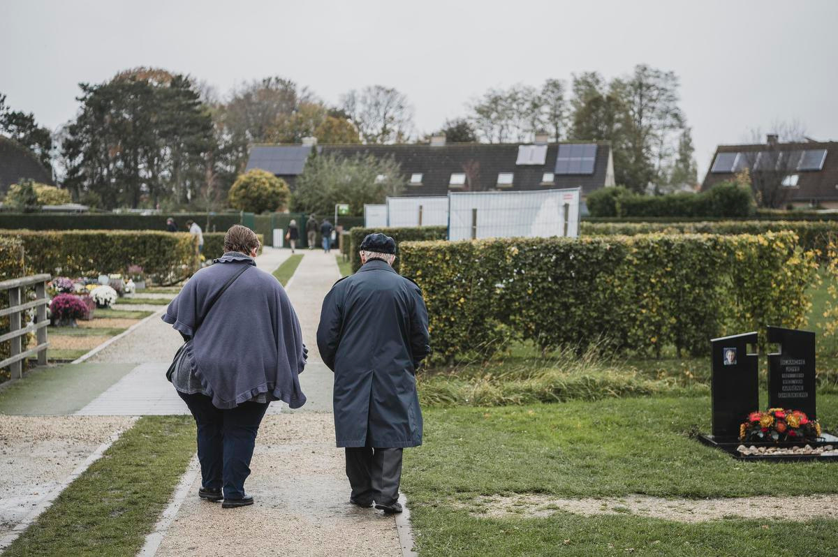 Saskia en Guido Iserbyt brengen zij aan zij een bezoekje aan het graf van hun overleden mama en echtgenote., Olaf Verhaeghe