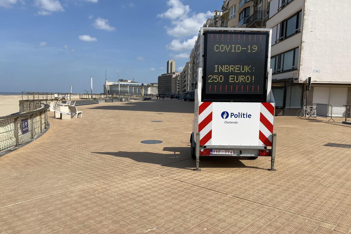 De zeedijk in Oostende ligt er verlaten bij., foto JRO