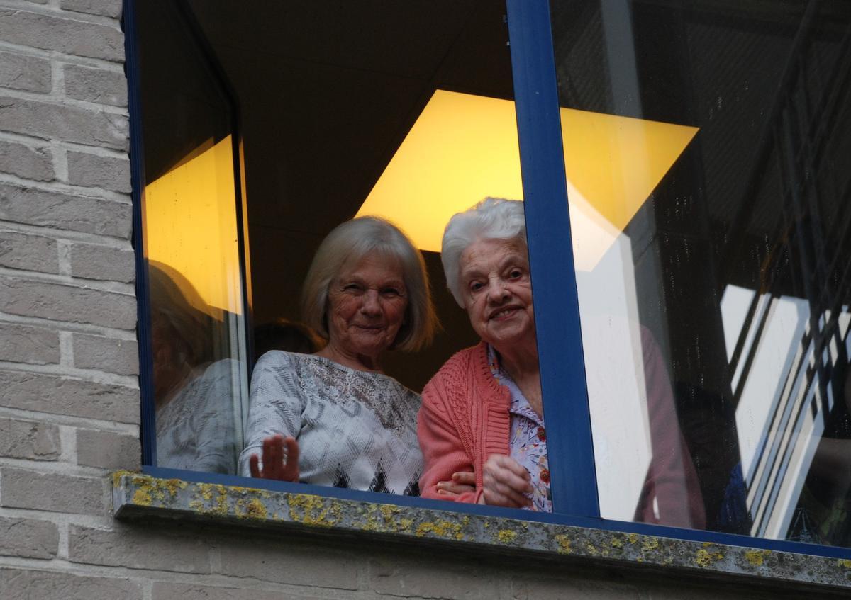 De liedjes werden enthousiast onthaald door de bewoners want er weerklonk applaus uit de vele openstaande ramen., BB