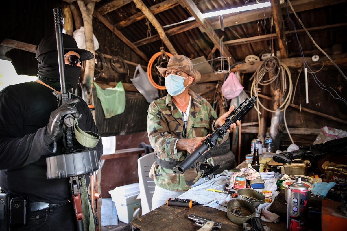 Wapen-repairshop van het Sinaloa-kartel op het platteland nabij de stad Culiaca?n (de afgebeelde wapens zijn niét van FN)., Amrai Coen / Die Zeit