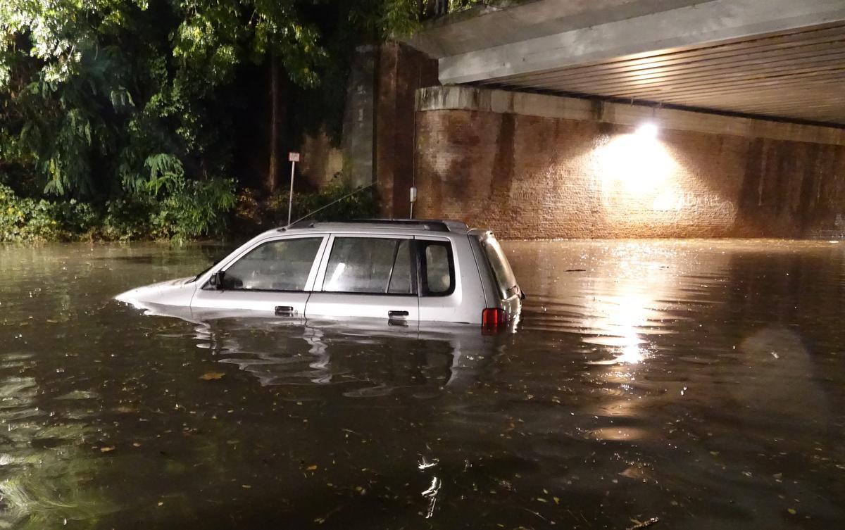 De bestuurder en zijn passagier konden zich gelukkig in veiligheid brengen. Ze werden verrast door het snel stijgende water., AN