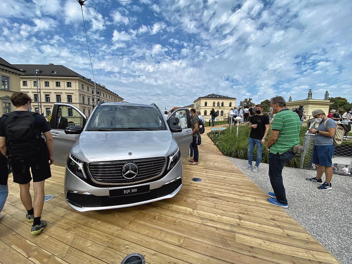 Le stand Mercedes, au coeur de la ville., photos: RVA