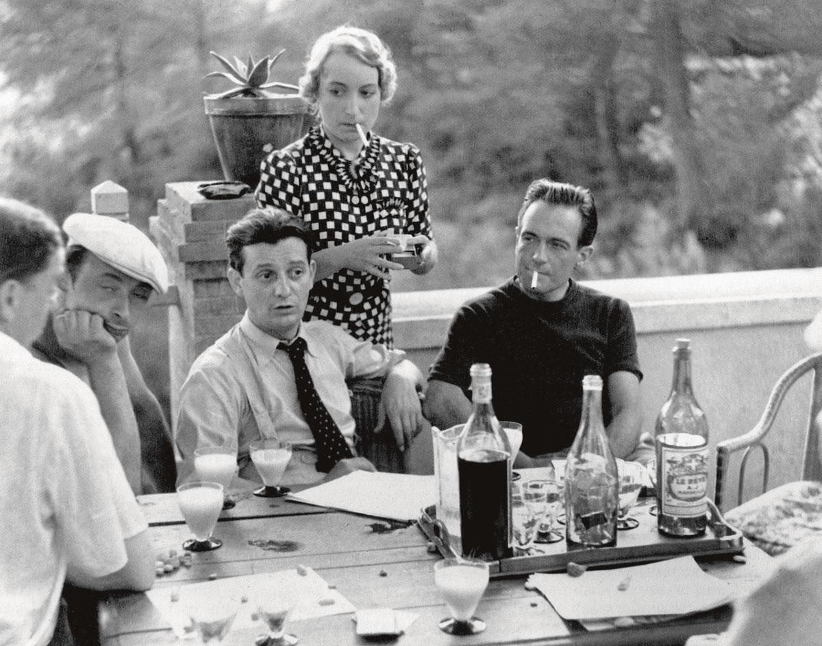 Marcel Pagnol - à gauche aux côtés d'Orane Demazis et Pierre Fresnay sur le tournage de César - a mis le pastis à l'honneur dans sa trilogie marseillaise., GETTY IMAGES / SDP