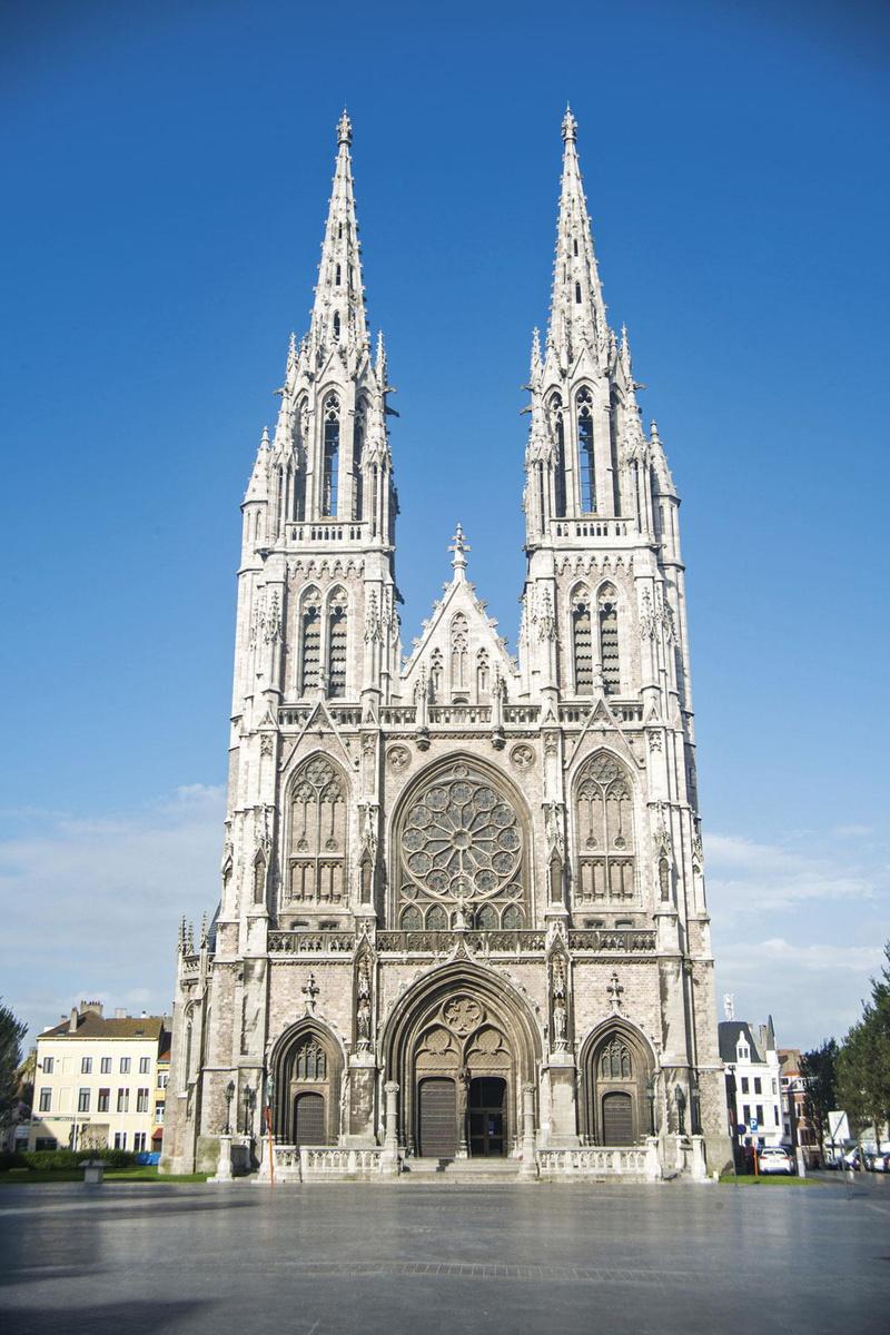 Beaucoup des bâtiments emblématiques ont été commandés par Léopold II, qui a d'ailleurs offert à la ville son ouverture sur la mer., sdp
