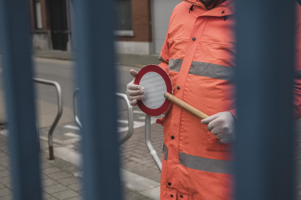 De gemachtigd opzichter aan de blauwe poort in de Kortrijksestraat neemt het zekere voor het onzekere en draagt vandaag handschoenen., Olaf Verhaeghe