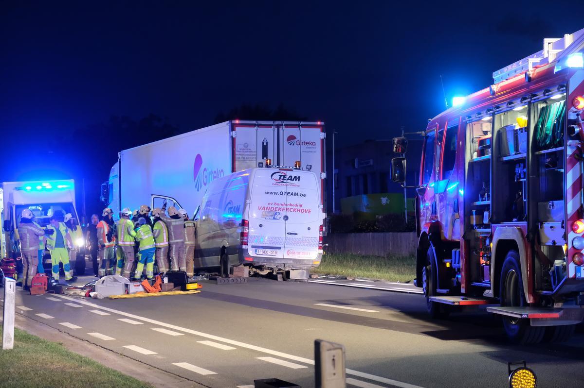 In Veurne reed een bestelwagen in op een vrachtwagen., foto JT