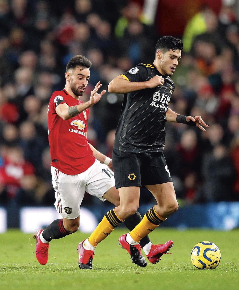 Depuis les blessures de McTominay et Pogba, Manchester ne marque pratiquement plus de la deuxième ligne. Bruno Fernandes, ici au duel avec Raul Jimenez, doit apporter une solution., BELGAIMAGE