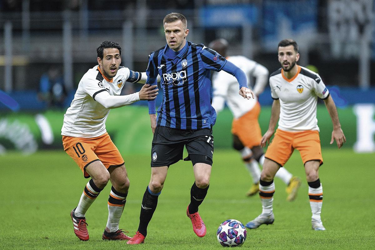 Josip Ilicic, au duel avec Dani Parejo de Valence. Cette saison, le Slovène a déjà inscrit quinze buts en Serie A et cinq en Champions League., BELAIMAGE