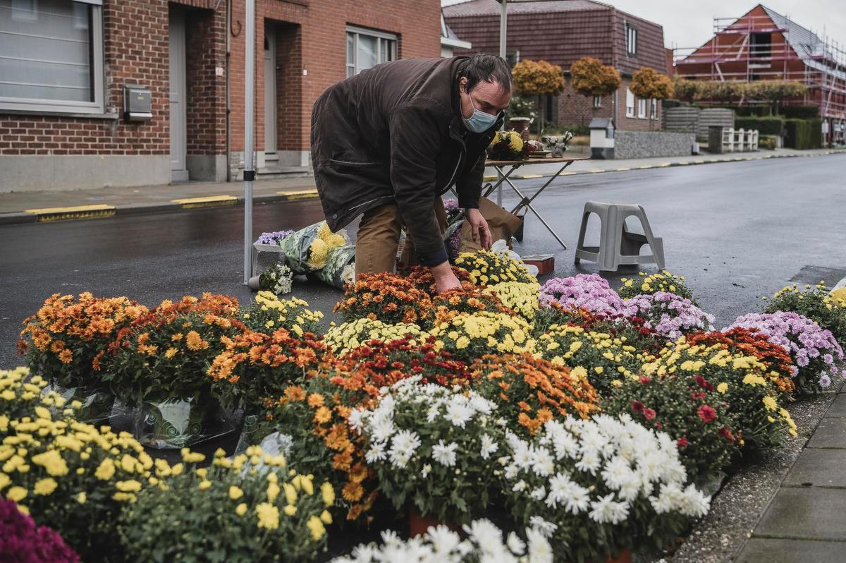 Lieven Dendauw verkoopt aan de ingang van de Kuurnse begraafplaats chrysanten en andere bloemstukjes., Olaf Verhaeghe