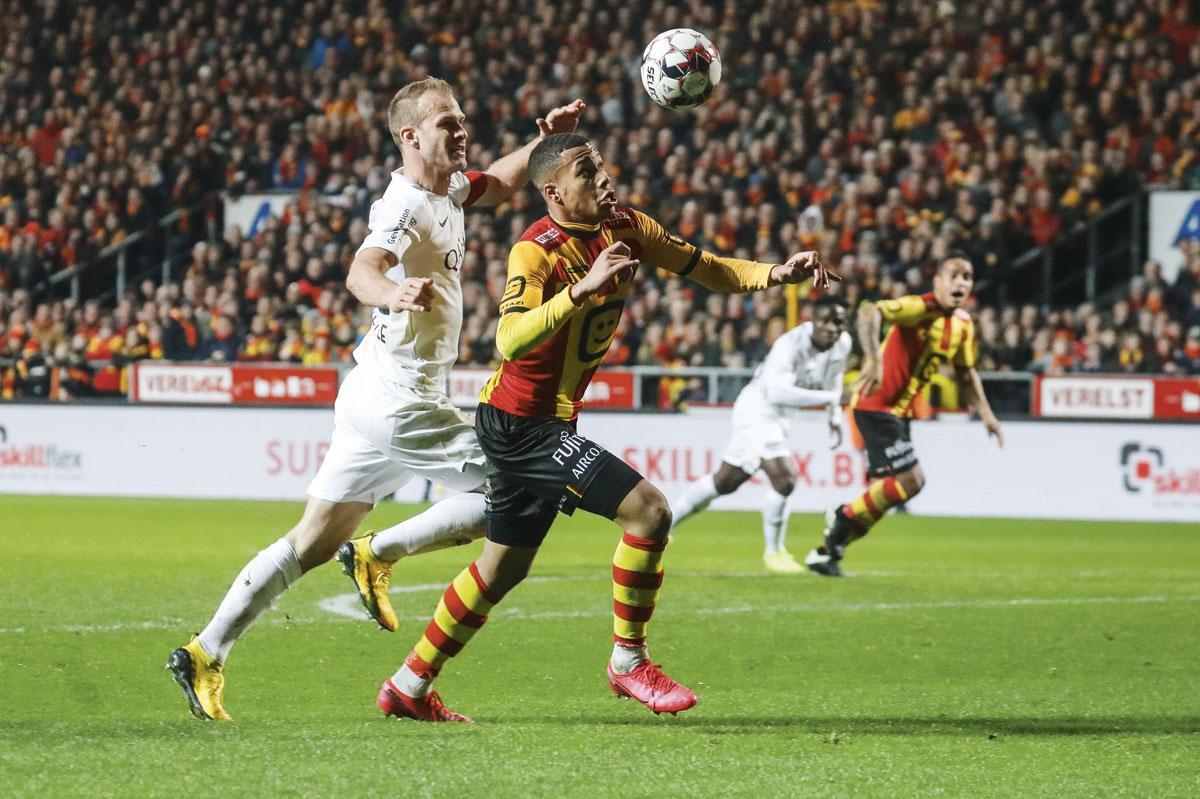 KV Mechelen - KAS Eupen 1-1. De bezoekers lagen nagenoeg een hele wedstrijd onder, maar vertrokken toch met een punt uit Mechelen. Hier zit Eupenaanvoerder Siebe Blondelle de jonge Aster Vranckx op de hielen., BELGA