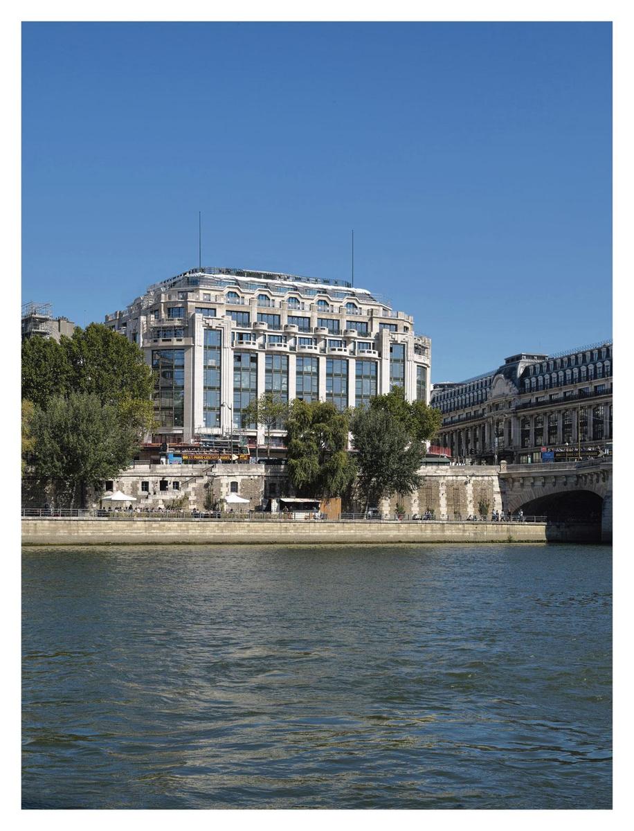 1-- Vue du bâtiment Art déco d'Henri Sauvage pour La Samaritaine, depuis les berges de Seine., sdp / Pierre-Olivier Deschamps Agence Vu pour la Samaritaine