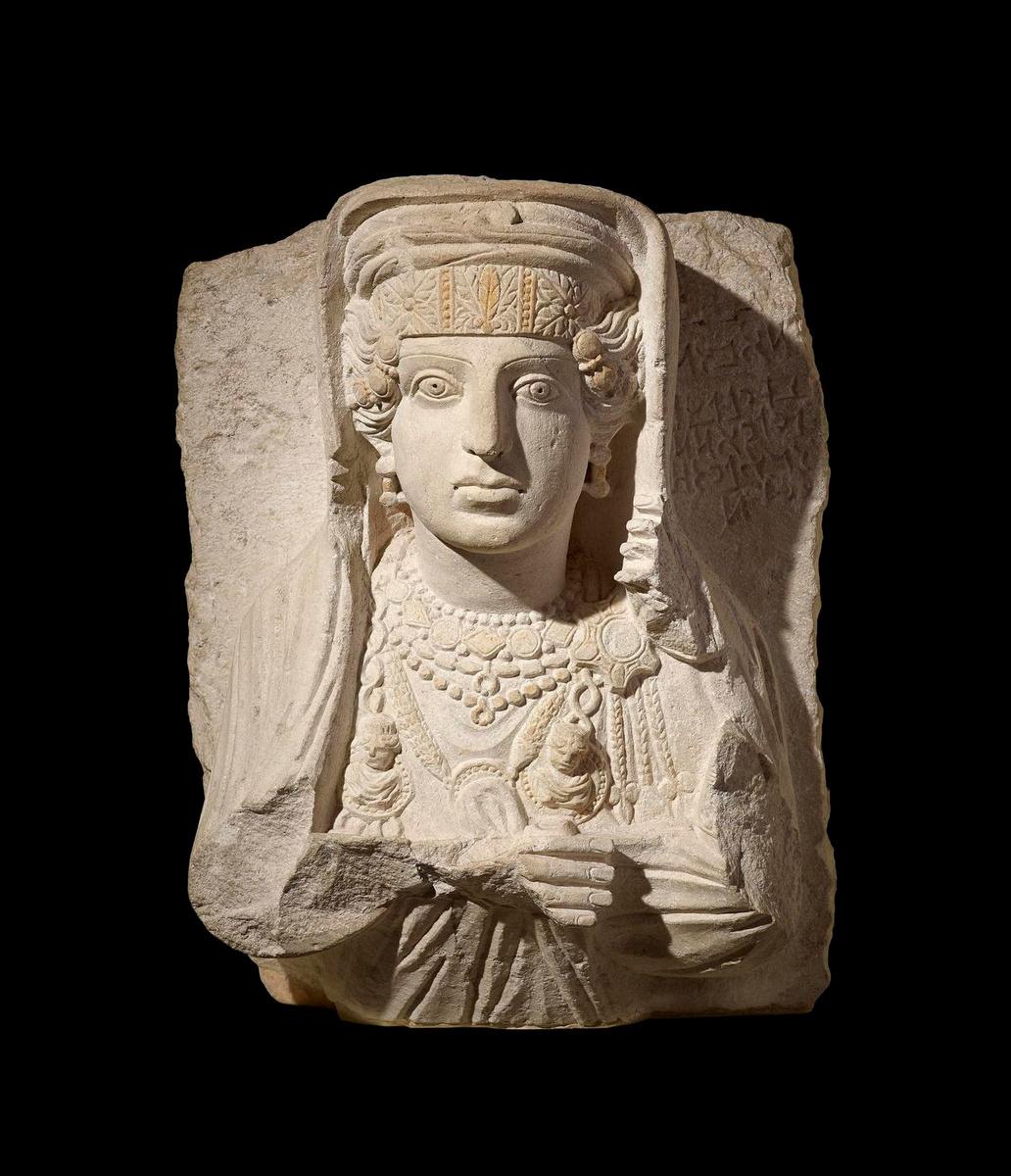 Grafreliëf met buste van een vrouwKalksteen, 200-273 n.Chr., Tadmoer, het Romeinse Palmyra (Syrië), The Trustees of the British Museum