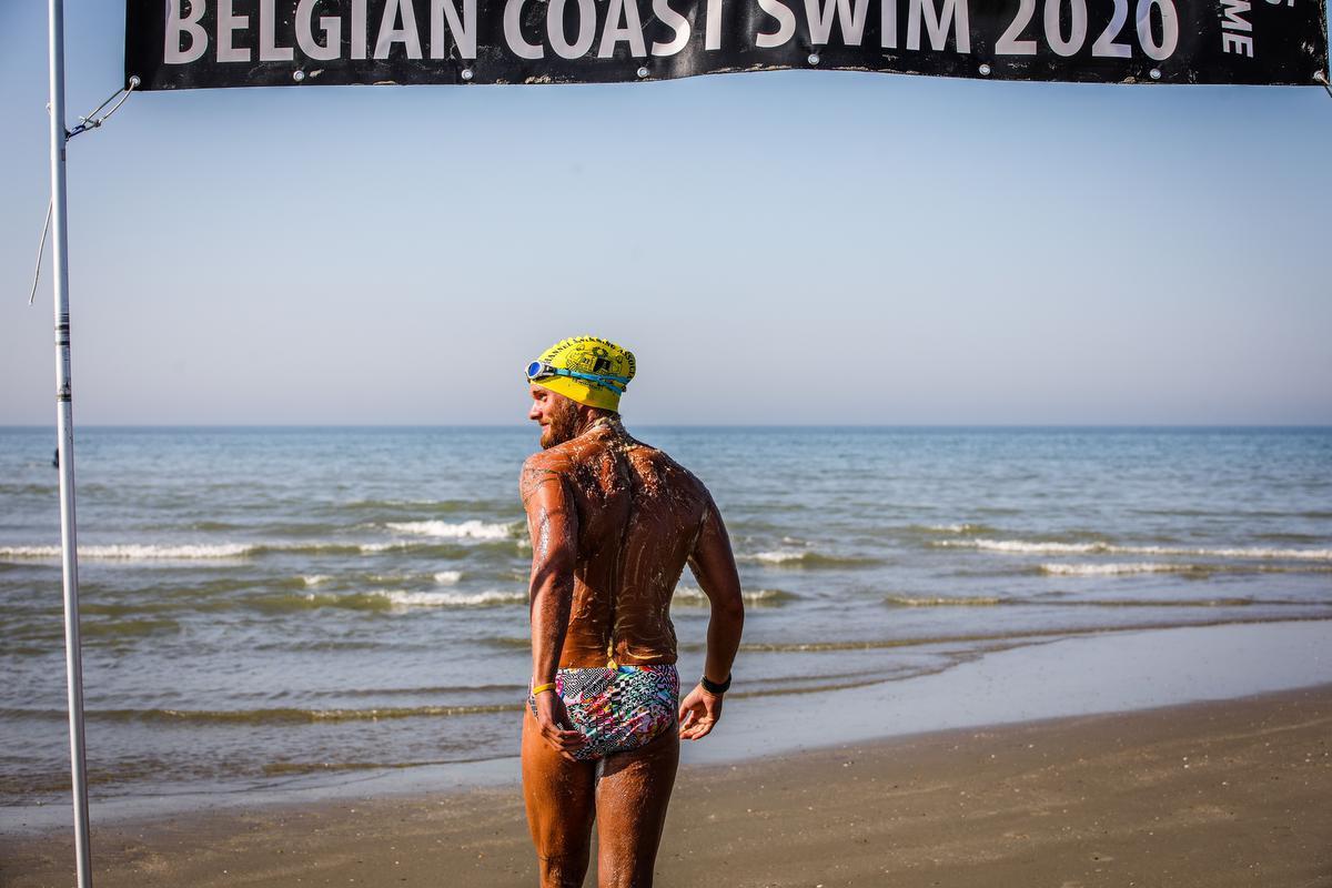 Mathieu Bonne begon dinsdag om 16 uur aan zijn tweede poging om de kustlijn af te zwemmen., Benny Proot