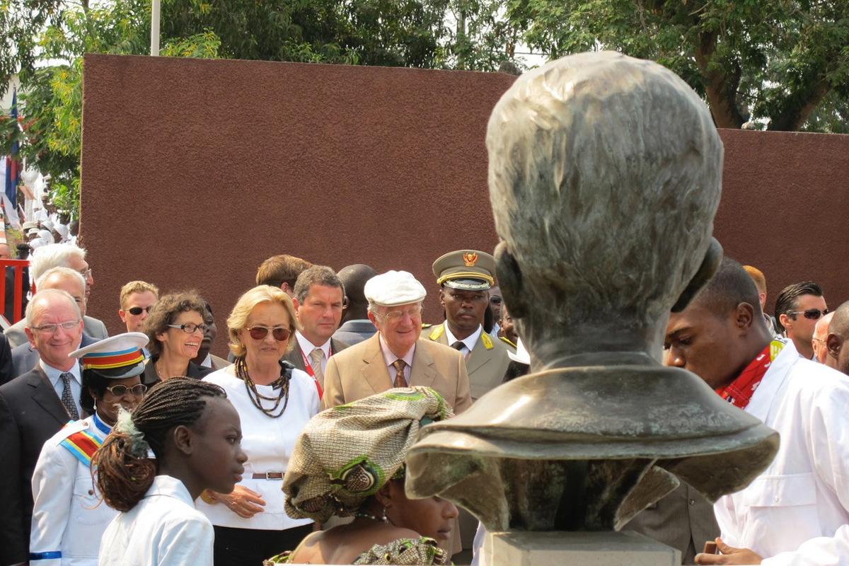 Koningin Paola en Koning Albert wonen de onthulling van een buste van Koning Boudewijn bij in 2010 in Congo., Peter Verlinden