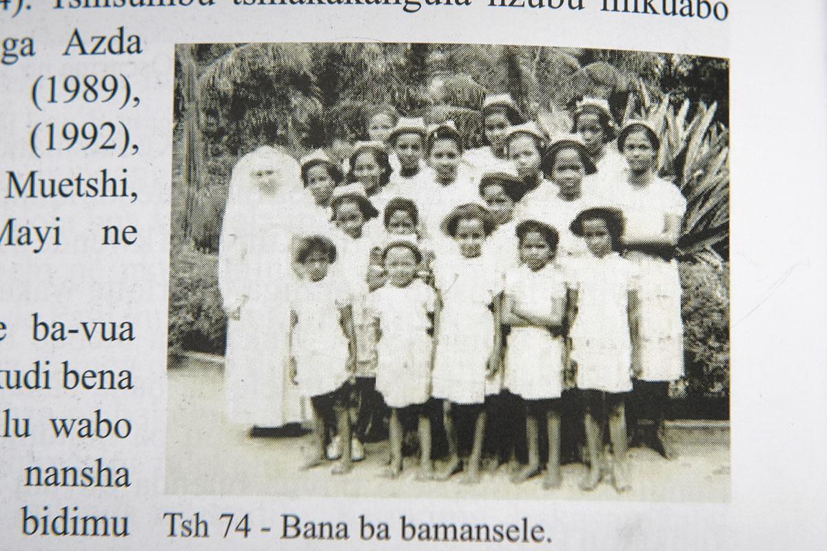 Léa, Monique, Simone, Marie-José et Noëlle entourées de leur groupe de filles à Katende. La plupart d'entre elles sont aujourd'hui décédées., DR