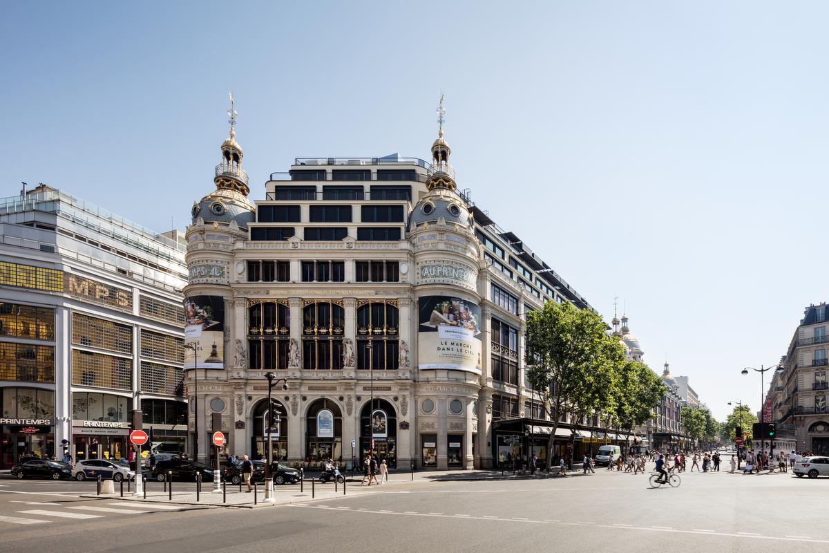Le Printemps Haussmann, reconstruit en 1882 par Paul Sédille après un incendie, est l'un des premiers édifices publics parisien à affirmer sa structure métallique jusque sur sa façade. Le fer devient alors un matériau noble et un élément majeur du décor, notamment au niveau des poutres et des escaliers., Manuel Bougot