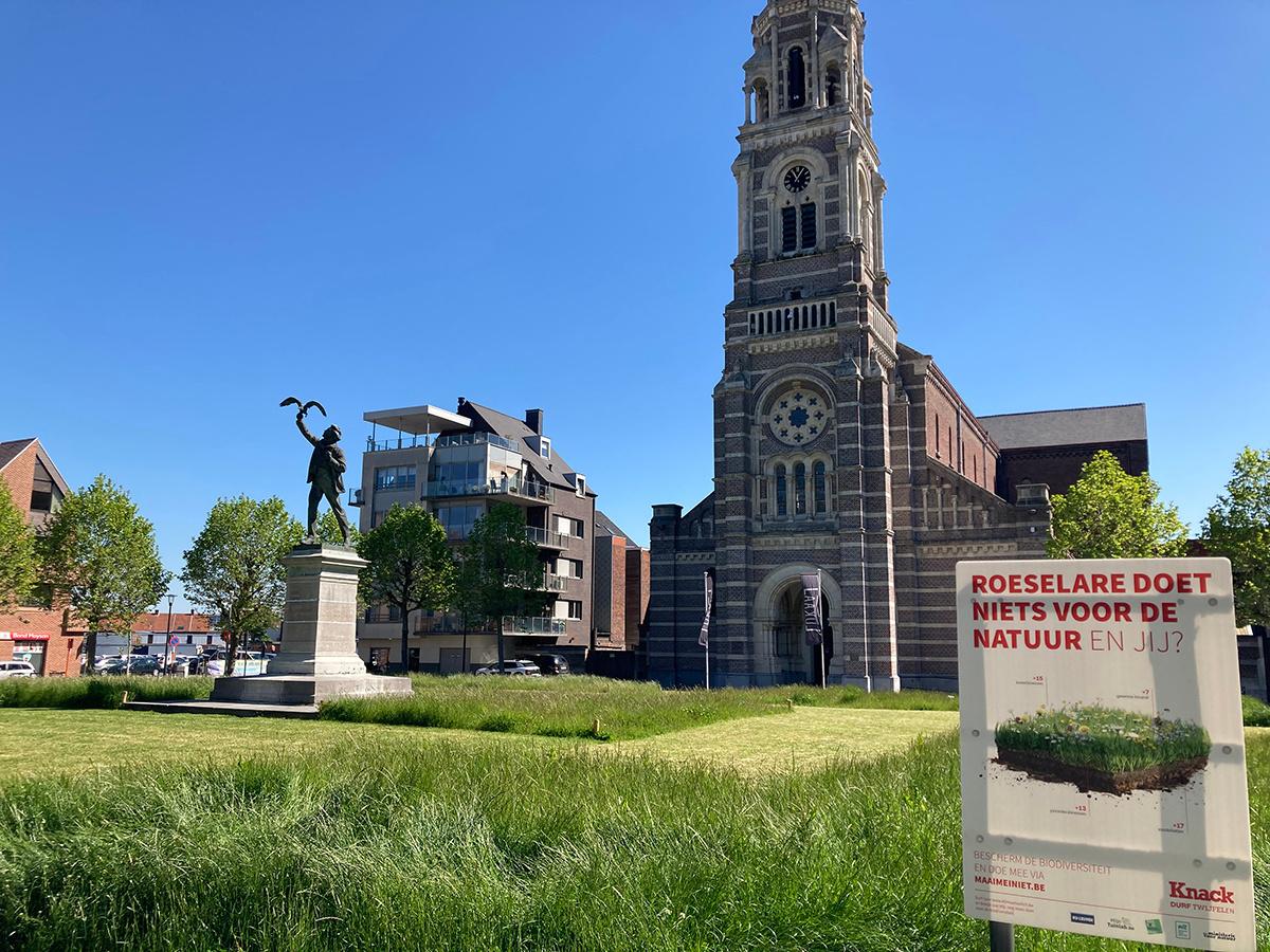 Roeselare zal dit plein ook na Maai Mei Niet niet meer volledig maaien. Maai Mei Niet wordt zo de opstap van een nieuw maaibeleid in de West-Vlaamse stad., Roeselare