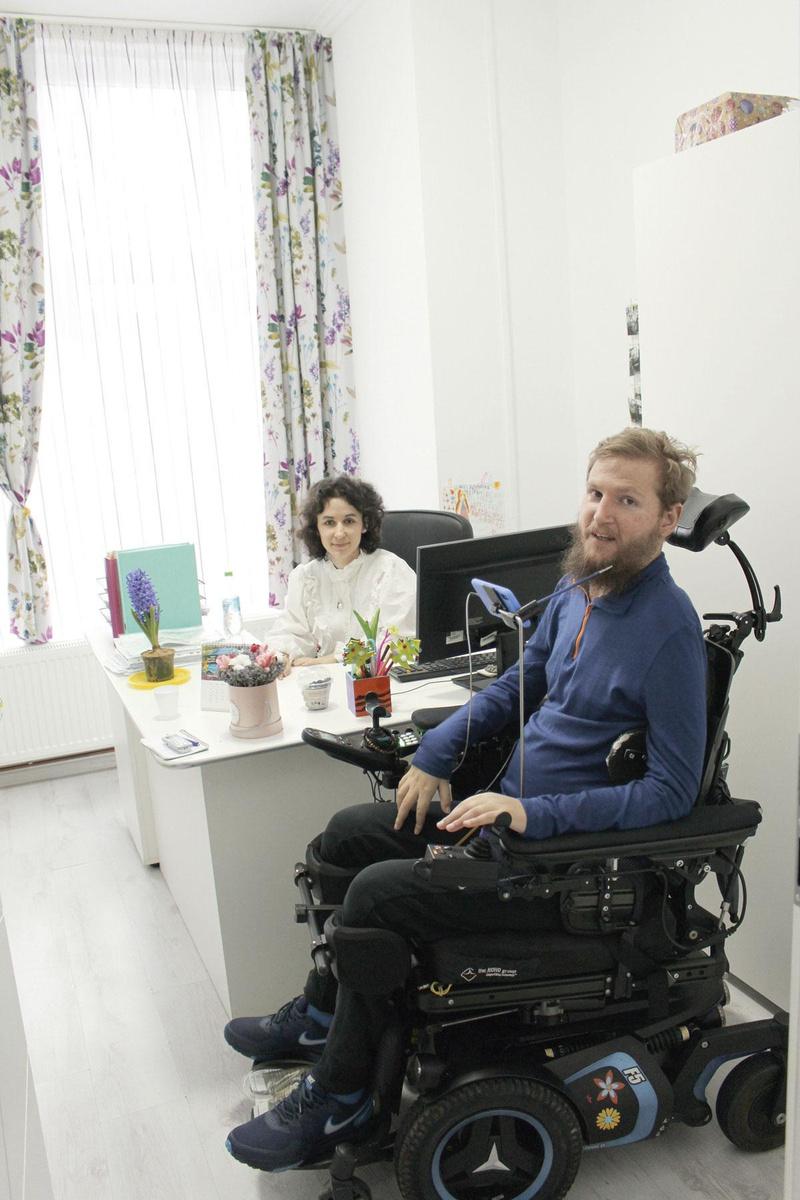 Mihai Nesu in zijn kantoortje met Iulia Bacaran, CEO van de Foundation., MATTHIAS STOCKMANS
