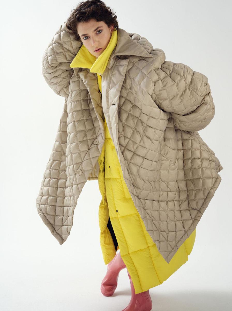 Manteau matelassé oversized, Raf Simons. Longue doudoune jaune Delaware, Baum und Pferdgarten. Bottes en caoutchouc rose, Hunter., BURP