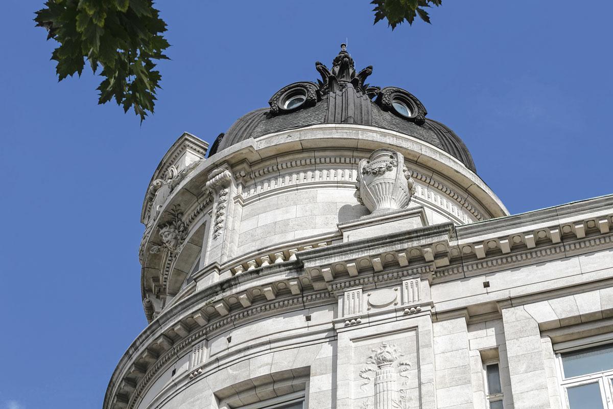 L'ancien siège de la Caisse Générale d'Epargne et de Retraite édifié par Henri Beyaert en 1893 et agrandi, à sa mort, par Henri Van Dievoet de 1901 à 1904, rue du Fossé aux Loups, à Bruxelles., LAURENT BRANDAJS