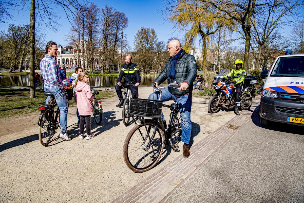 Ferdinand Grapperhaus op stap met de politie om te kijken of Nederlanders zich aan de coronaregels houden. , Getty Images
