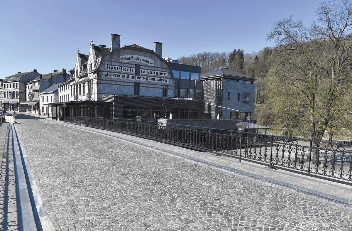 Durbuy, la plus petite ville du monde, paraît bien vide en ces temps de pandémie. Comme les caisses du club local., BELGAIMAGE