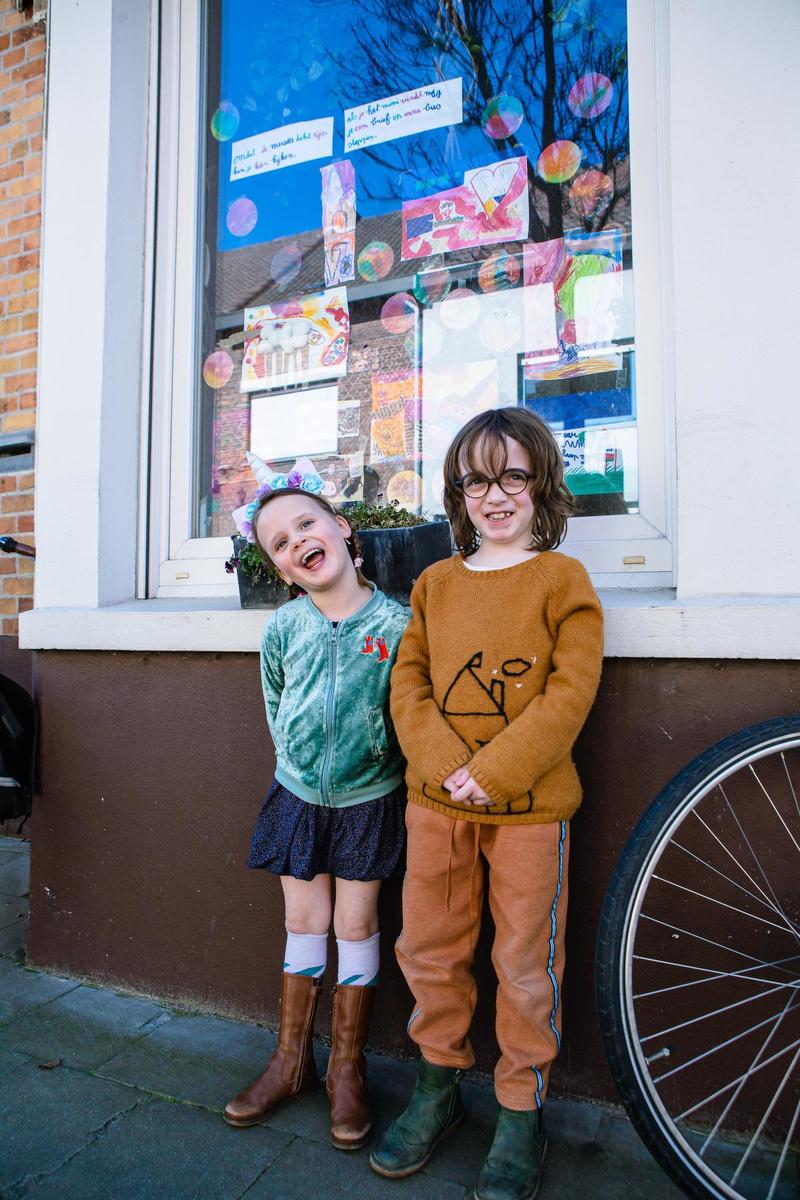 Babette en Brikke voor hun 'museum'., Davy Coghe