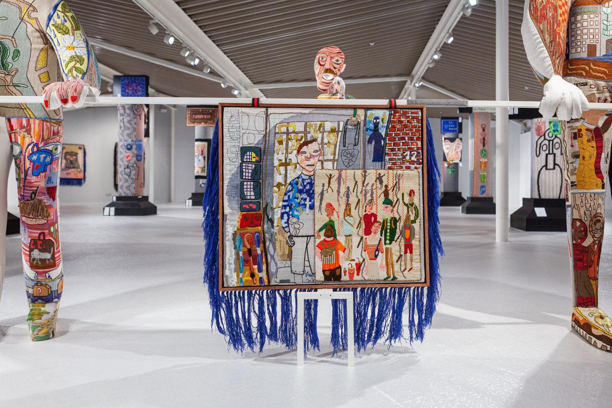 In zijn huidige expo 'Dark Uncles' toont Rommelaere een stoet van poppen die vlaggen dragen., (c) We Document Art