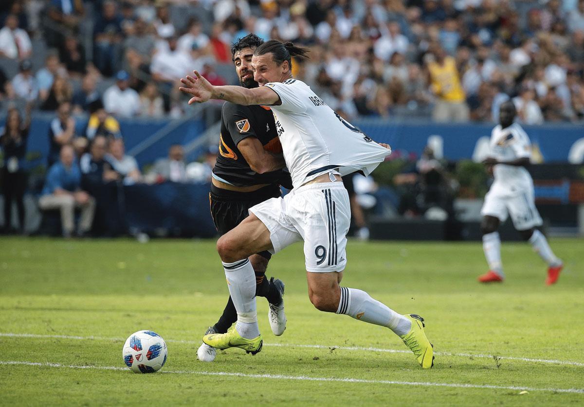 Bij LA Galaxy maakte Ibrahimovic, hier in duel met Kevin Garcia van Houston Dynamo, 52 goals in 56 matchen., BELGAIMAGE