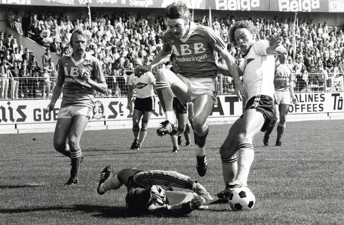 Preben Larsen en action face au Cercle. De nombreux clubs allemands s'intéressaient à lui mais il préférera l'Italie et Vérone., BELGAIMAGE