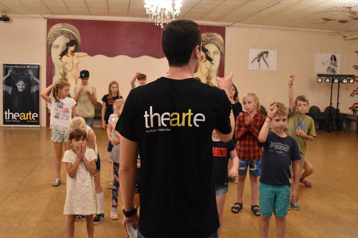 Jeroen geeft uitleg tijdens een musicalstage., Thearte