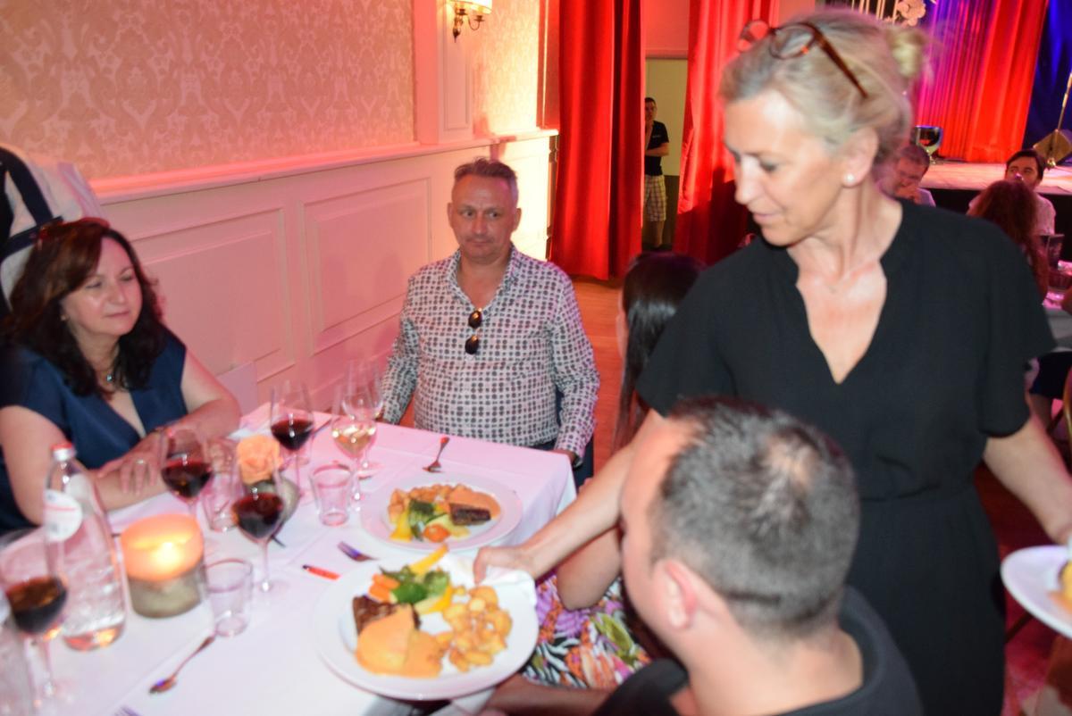 Ann Fransen, echtgenote van Ben, bezig met de bediening in 't Colisée., PADI/Jens