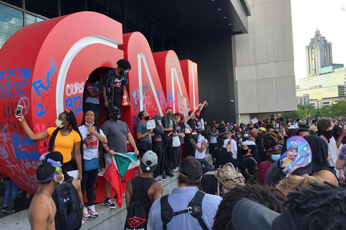 In de stad Atlanta werd op vrijdag betoogd aan het hoofdkantoor van nieuwszender CNN, Reuters