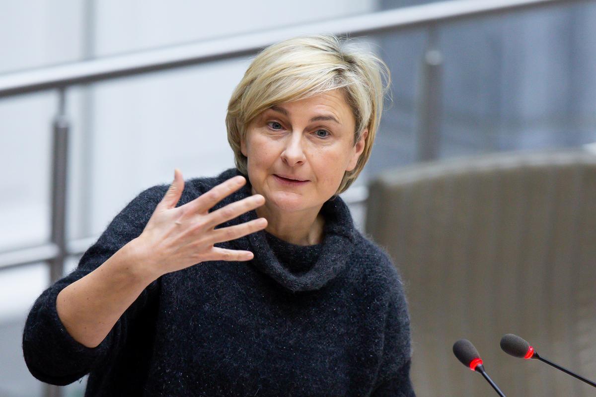Hilde Crevits kon bevestigen dat ook kappers straks recht hebben op een hinderpremie., BELGA