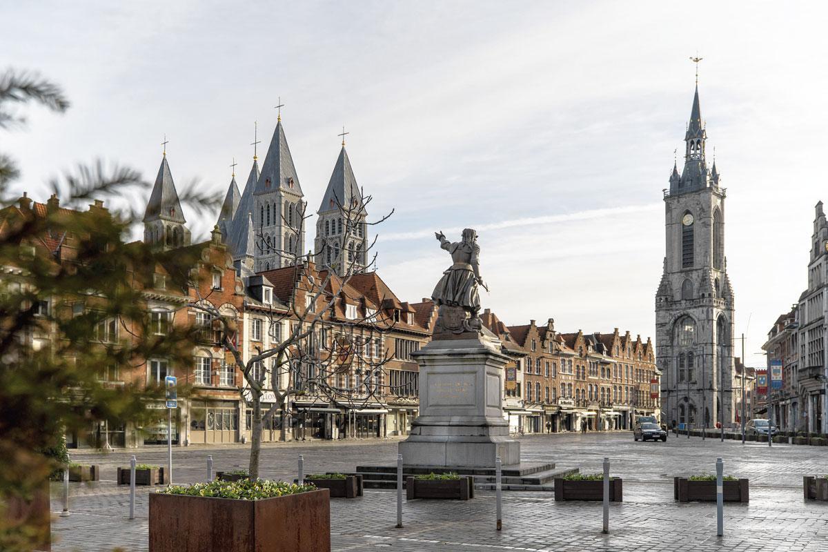 De Grote Markt met het Belfort en standbeeld van Christine de Lalaing., FRÉDÉRIC RAEVENS