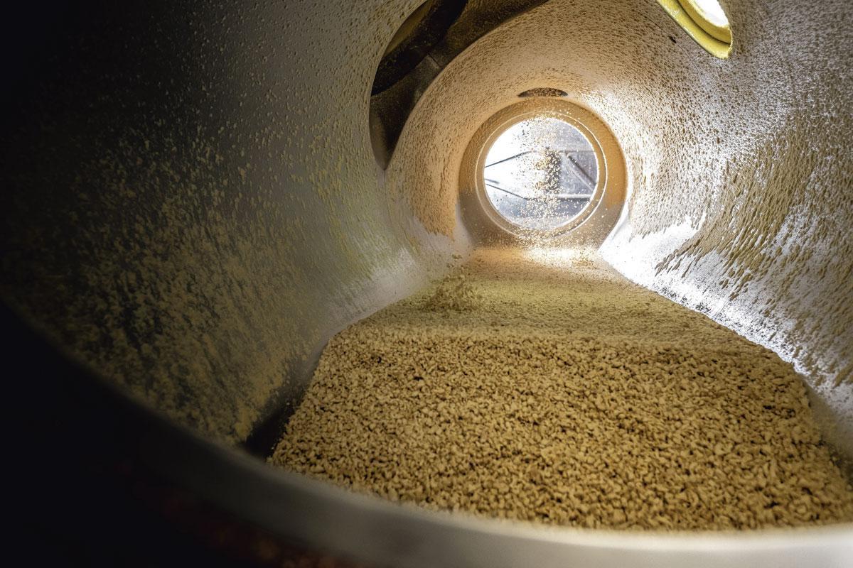 4. Les protéines texturées Le coeur du processus de production des protéines texturées est un tube de quatre mètres en acier inoxydable. Il peut être démarré en 30 minutes: chauffer, régler la pression, définir la bonne texture et suivre les règles d'hygiène. La première production sert à fabriquer des aliments pour les animaux, une autre coproduit du bioéthanol. Rien ne se perd., Wouter Rawoens
