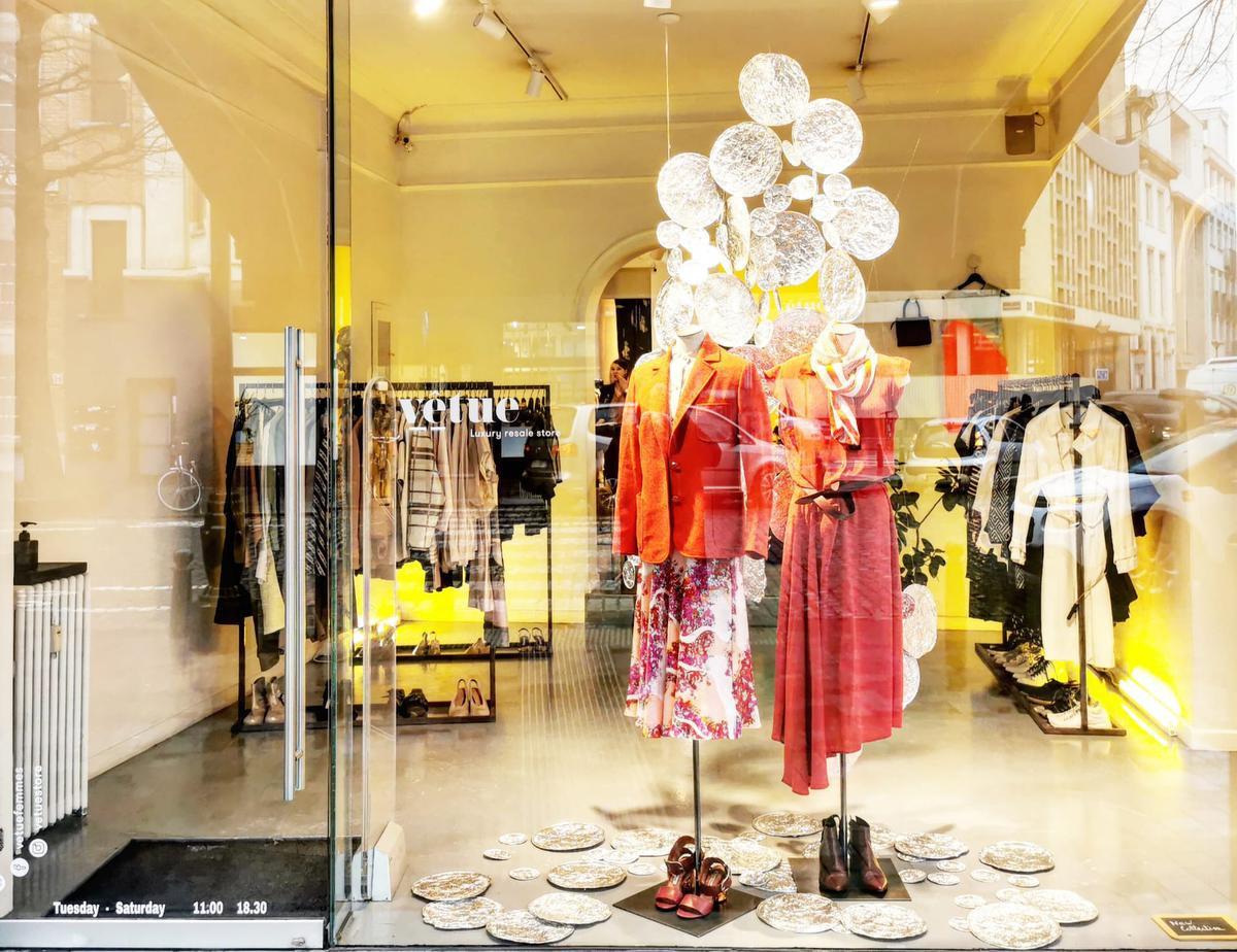 Un certain goût pour les vitrines joliment mise en scène par Marie Meers pour Vêtue., SDP